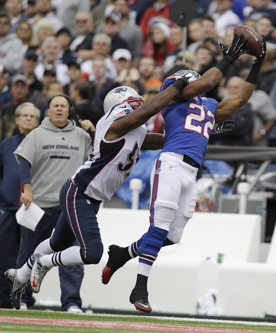 Buffalo Bills' Fred Jackson makes a catch while being defended by the New England Patriots' Jerod Mayo (51) during the first half of an NFL football game in Orchard Park, N.Y., Sunday, Sept. 30, 2012. (AP Photo/Gary Wiepert)