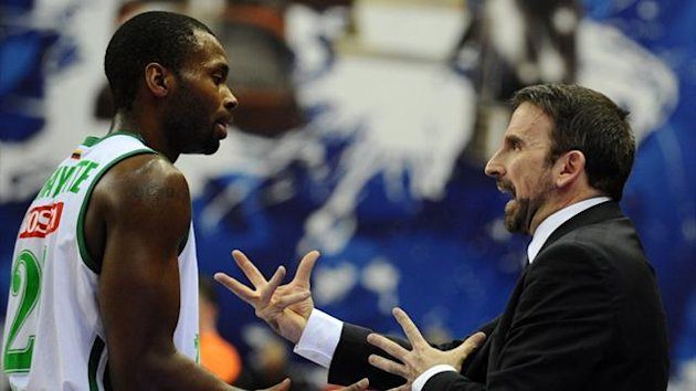 Coach of Zalgiris Joan Plaza (R) gestures as he speaks with Oliver Lafayette (L) during their Euroleague match against CSKA Moscow (AFP)