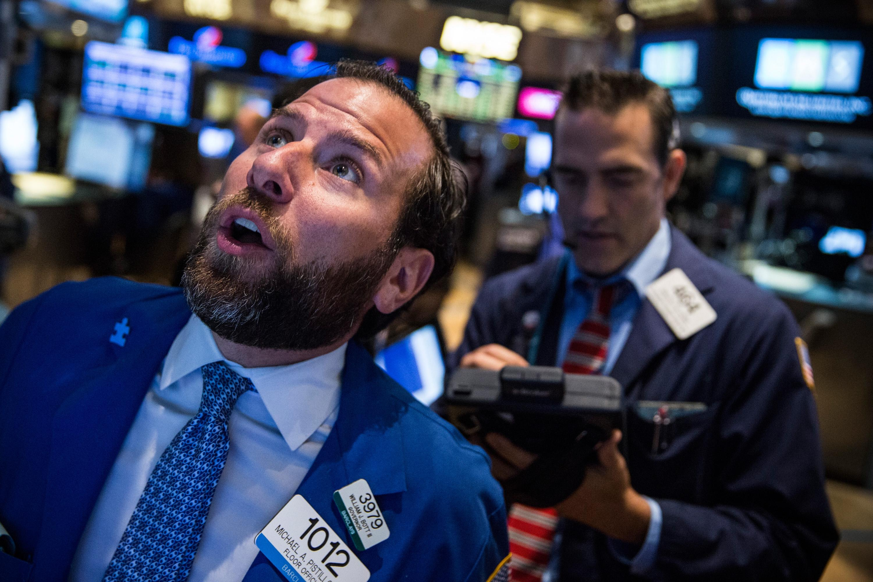 US stocks edge down in midday trading after 2-day surge