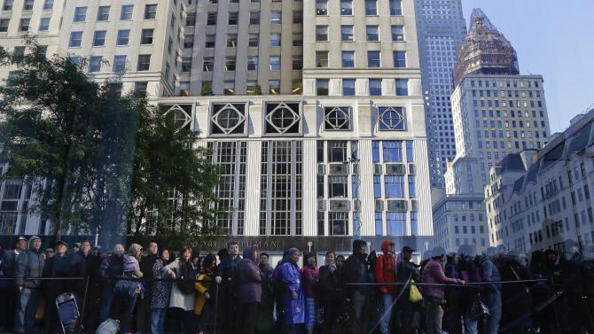 Several hundred people stand in line waiting to enter the Apple store to buy the newly released iPhone 6 and iPhone 6 Plus, Friday, Sept. 19, 2014,  in New York. The highly anticipated iPhone 6 and iPhone 6 Plus are being released in stores today. (AP Photo/Julie Jacobson)