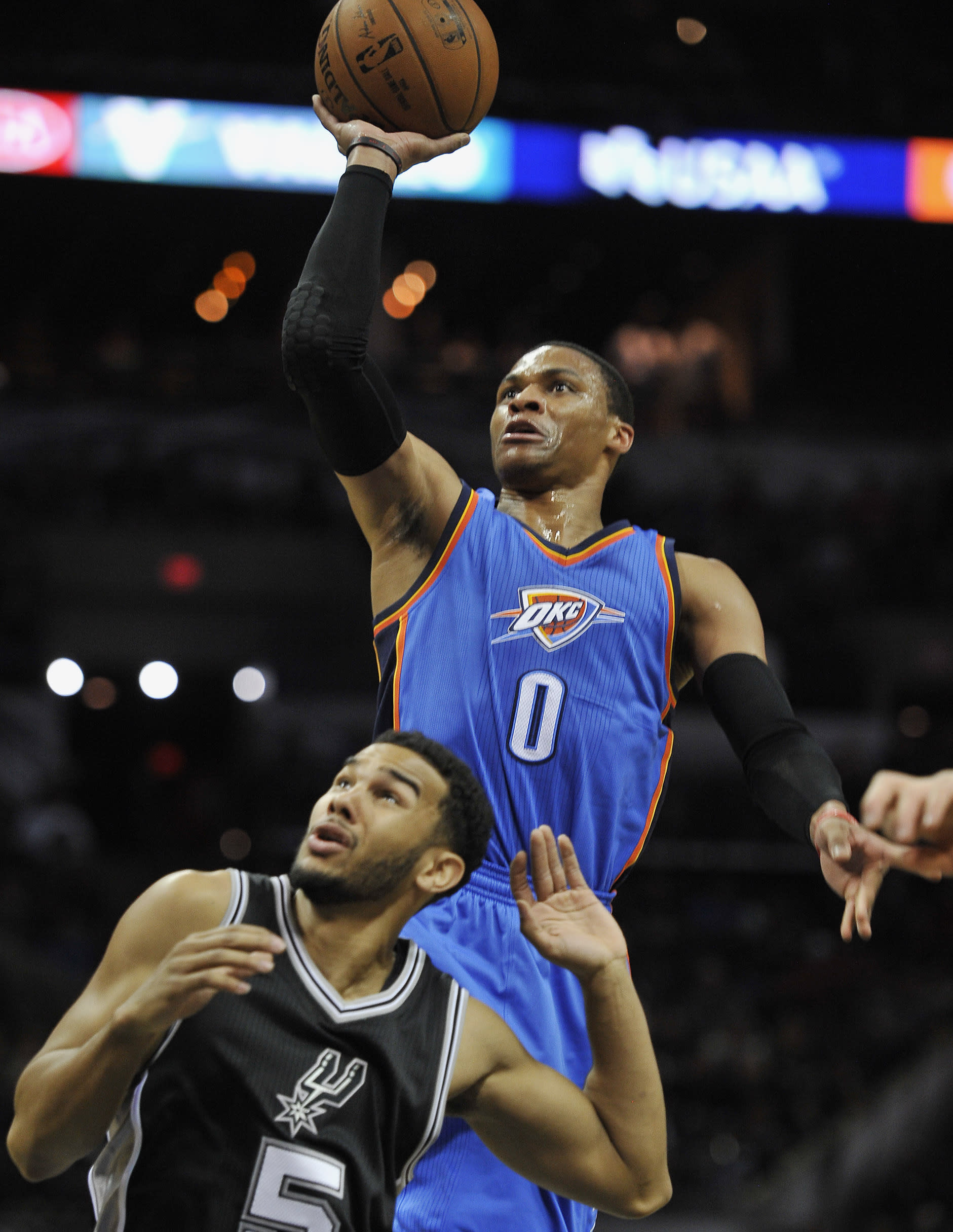 Westbrook scores 34, lifts Thunder over Spurs