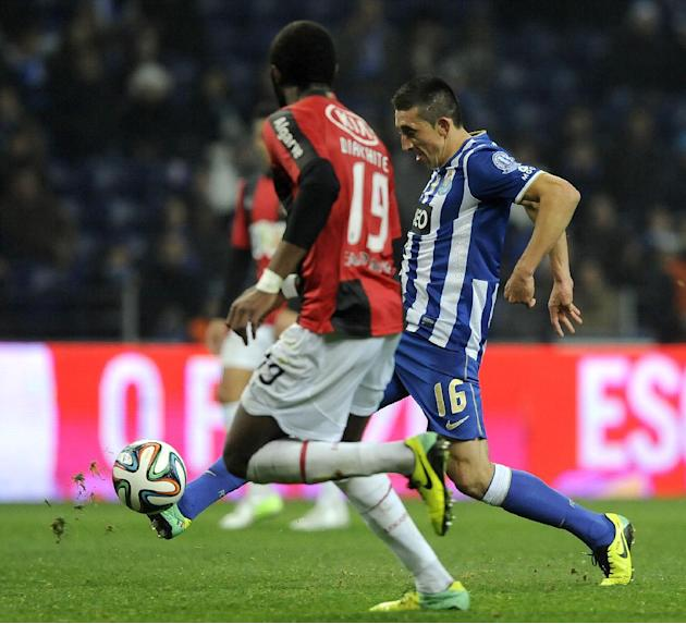 FC Porto's Hector Herrera, right, from Mexico controls the ball past Olhanense's Oumar Diakhite, from Senegal, in a Portuguese League soccer match at the Dragao Stadium in Porto, Portugal, Fri