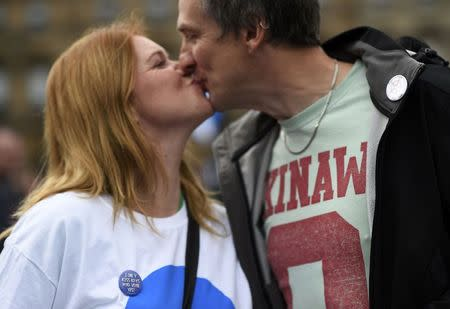 'Yes' supporters kiss in Glasgow