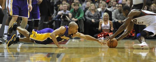 Bucks keep Lakers' road woes going with 100-89 win