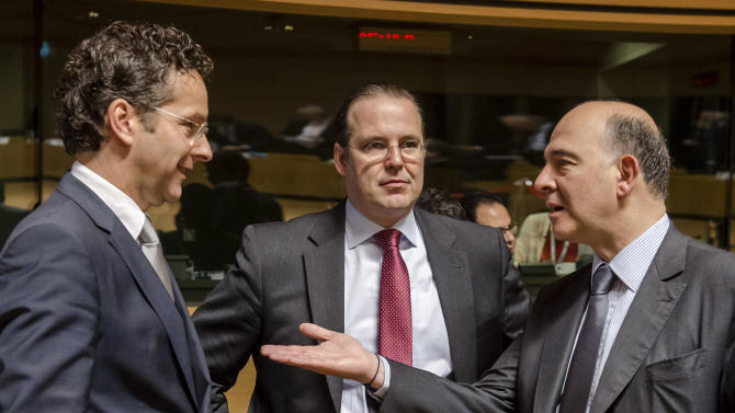 Netherlands' Finance Minister Jeroen Dijsselbloem, left, talks with France's Finance Minister Pierre Moscovici, right, and Sweden's Finance Minister Anders Borg during a European finance ministers meeting in Luxembourg, Friday, June 21, 2013. (AP Photo/Geert Vanden Wijngaert)