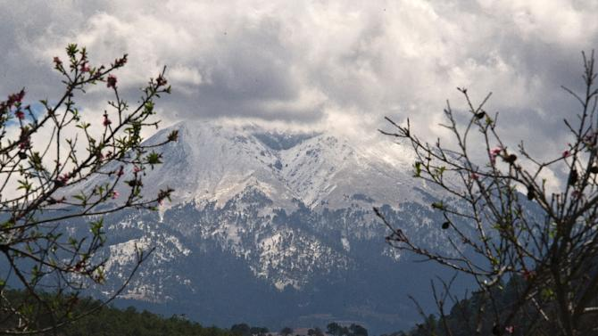 Picture taken from Tlatichuca, Mexico, on March 13, 2015 of the Pico de Orizaba mountain, where two mummified bodies were found, believed to be two of three climbers buried by an avalanche 55 years ago