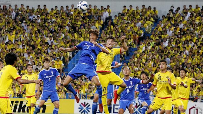 Jo Sung-jin of South Korea's Suwon Bluewings, center left, and Eduardo of Japan's Kashiwa Reysol, center right, vie for the ball during their round of 16 soccer match at the Asian Champions League in Kashiwa, near Tokyo, Tuesday, May 26, 2015. (AP Photo/Shuji Kajiyama)