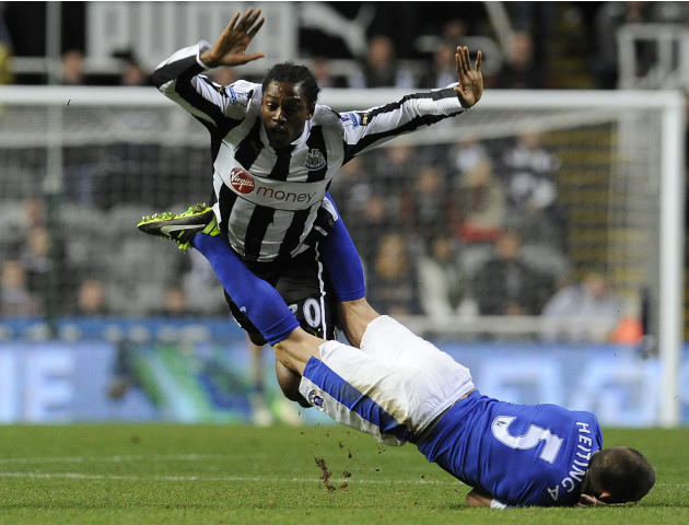 Everton's Heitinga challenges Newcastle United's Ranger during their English Premier League soccer match in Newcastle