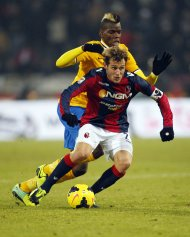 Juventus' Paul Pogba challenges Bologna's Alessandro Diamanti (front) during their Italian Serie A soccer match at the Dall'Ara stadium in Bologna December 6, 2013. REUTERS/Giampiero Sposito (ITALY - Tags: SPORT SOCCER)