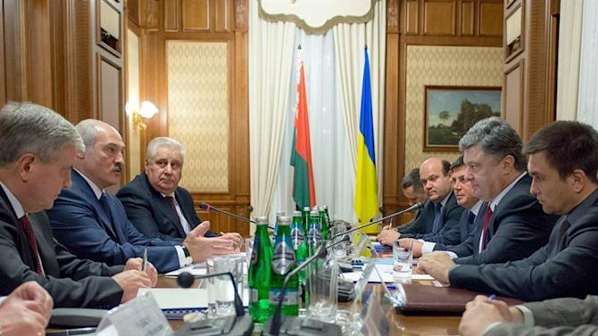 RPI06. Kiev (Ukraine), 21/12/2014.- Members of the Ukrainian delegation, led by President Petro Poroshenko (2-R) and members of a Belarussian delegation, led by President Alexander Lukashenko (2-L) sit together for talks during their meeting in Kiev, Ukraine, 21 December 2014. Others are not identified. Lukashenko visits Kiev for a meeting with Poroshenko to discuss certain issues and arrangements of the new round of peace talks to take place in the Belrus capital Minsk. (Bielorrusia, Ucrania) EFE/EPA/MYKOLA LAZARENKO / POOL