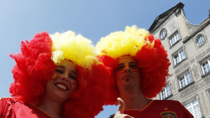 Spanish fans cheer in the old street, before to the match between Spain and Croatia, at the Euro 2012 soccer championship in Gdansk, Poland, Monday, June 18, 2012. (AP Photo/Czarek Sokolowski)