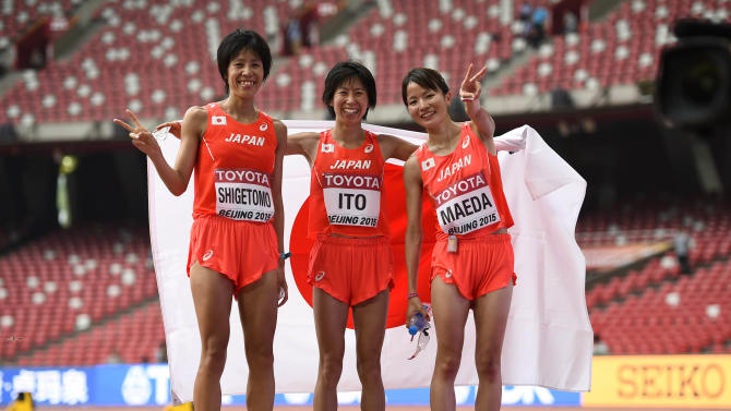 Shigetomo poses with her compatriots Ito and Maeda after the women's marathon at the 15th IAAF Championships in Beijing