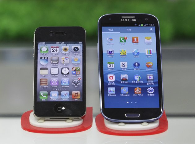 Samsung Electronics&#39; Galaxy S III, right, and Apple&#39;s iPhone 4S are displayed at a mobile phone shop in Seoul, South Korea, Friday, Aug. 24, 2012. South Korea&#39;s Samsung won a home court ruling in its global smartphone battle against Apple on Friday when Seoul judges said the company didn&#39;t copy the look and feel of the U.S. company&#39;s iPhone, and that Apple infringed on Samsung&#39;s wireless technology. However, in a split decision on patents, the panel also said Samsung violated Apple technology behind the bounce-back feature when scrolling on touch screens, and ordered both sides to pay limited damages. (AP Photo/Ahn Young-joon)