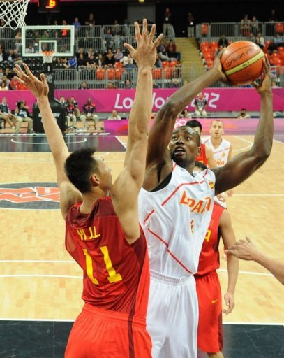Spanish centre Serge Ibaka (R) is challenged by Chinese centre Yi Jianlian