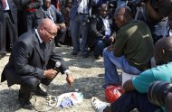 Sudafrica, Zuma visita minatori: Piangiamo con voi per strage Marikana