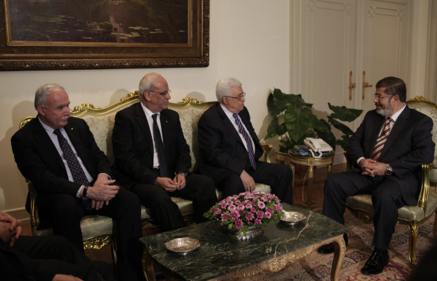 Palestinian Foreign Minister Riad Maliki, left, negotiator Saeb Erakat, second left, and Palestinian President Mahmoud Abbas, center, meet with Egyptian President Mohammed Morsi, right, at the presidential palace in Cairo, Egypt, Wednesday, July 18, 2012. (AP Photo/Maya Alleruzzo)