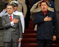 (ARCHIVO) El presidente de Venezuela, Hugo Chvez (D), recibe a su, por entonces, par colombiano, lvaro Uribe, el 14 de abril de 2009 en Caracas. Chvez, seal el martes 14 de agosto de 2012 que al ex mandatario de Colombia lvaro Uribe &quot;le faltaron cojones&quot; para intervenir militarmente en Venezuela, como ste revel, para combatir a guerrilleros de las FARC presuntamente ocultos en este pas. (AFP/Archivo | juan barreto)