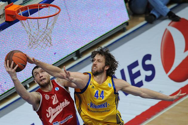 BC Khimki's Matt Nielsen (R) Vies AFP/Getty Images