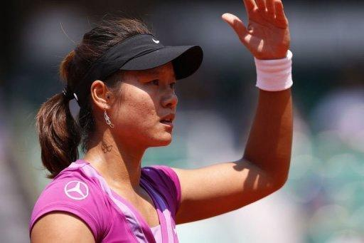 Li Na reached the French Open second round with a 6-2, 6-1 win over Romania's Sorana Cirstea