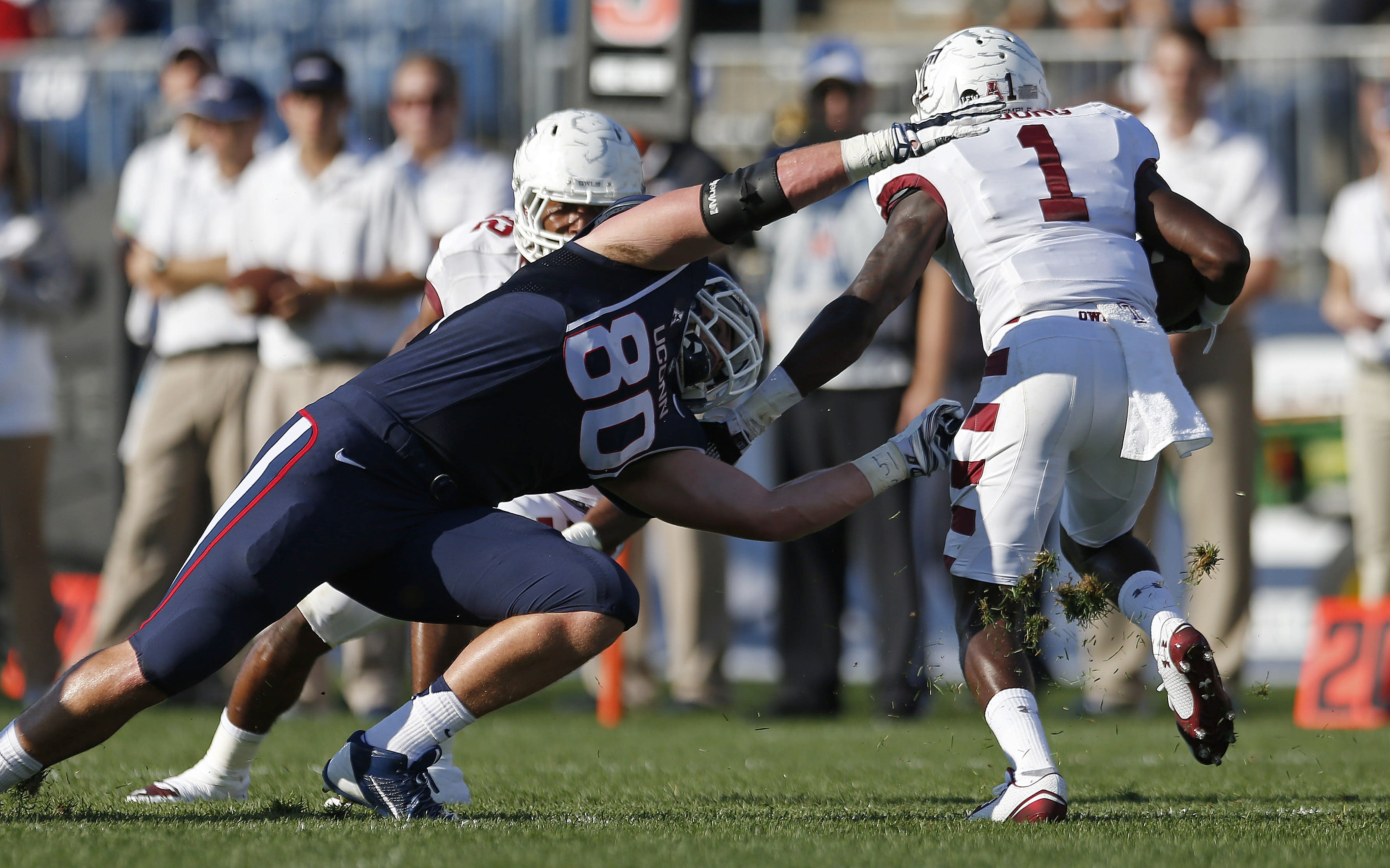 UConn's Tommy Myers makes juggling catch for touchdown (GIF)