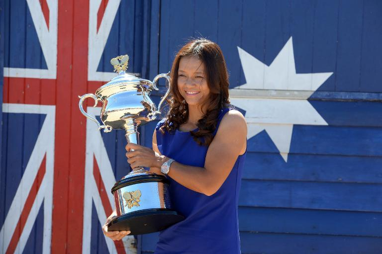 Chinese tennis star Li Na holds the Australian open trophy in Melbourne on January 26, 2014