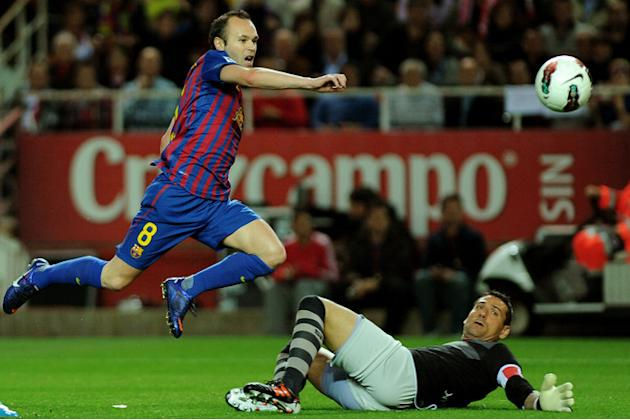 Barcelona's Midfielder Andres Iniesta (L) Vies AFP/Getty Images