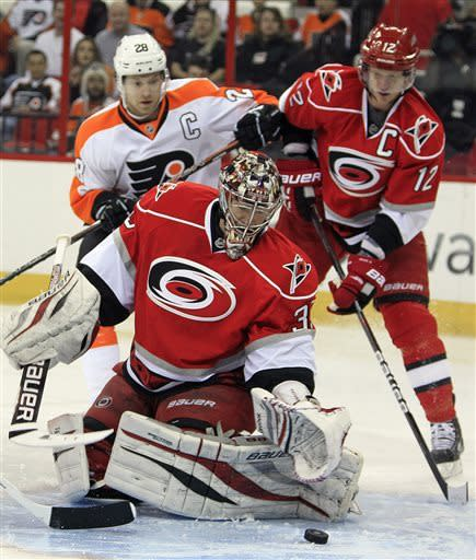 Simmonds has hat trick as Flyers beat Hurricanes