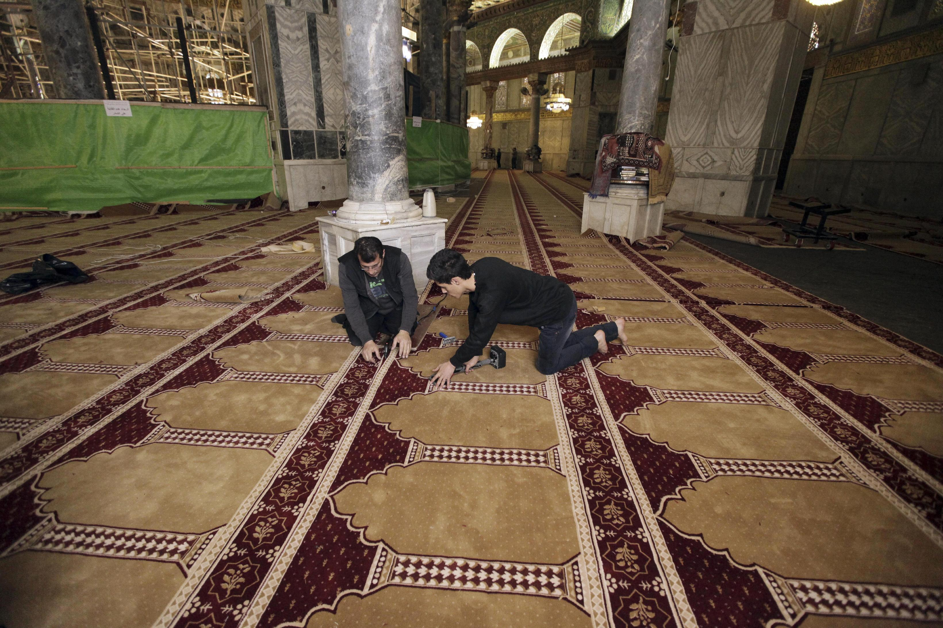 Replacing carpet at Jerusalem shrine reveals religious rift