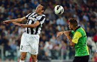 Juventus&#39; defender Lucio (L) jumps for the ball over Chievo&#39;s forward Cyril Thereau during their Serie A match at the Stadio delle Alpi in Turin