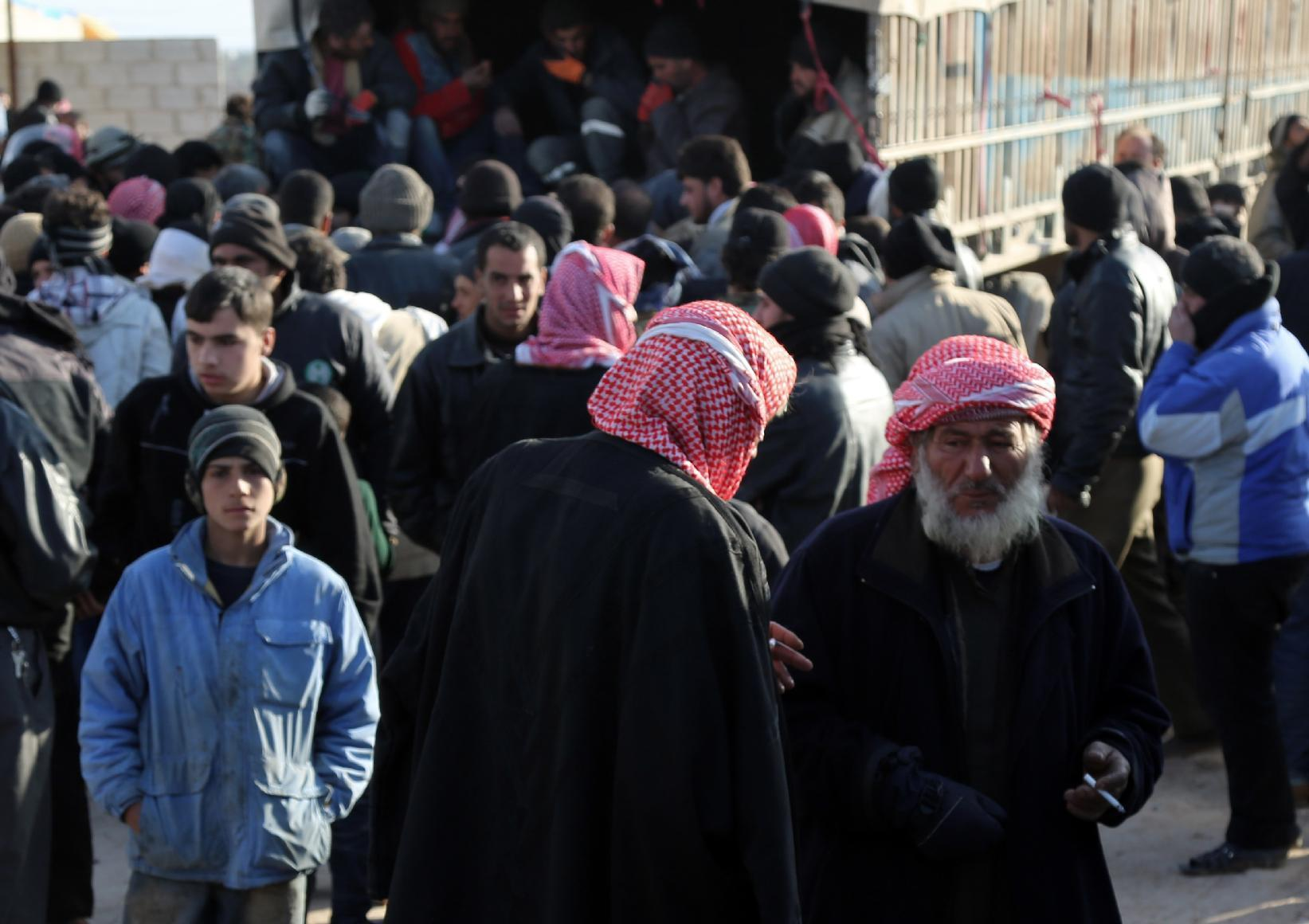 Thousands more Syrians rush toward Turkey to flee fighting