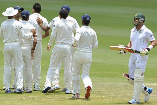 IIndia's cricket players celebrate the dismissal of South Africa's Kallis during the final day of their cricket test match in Johannesburg