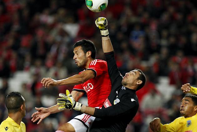 Benfica's Ezequiel Garay, from Argentina, centre left, vies for a high ball with Arouca's goalkeeper Cassio Anjos, second right, during a Portuguese league soccer match between Benfica and Aro