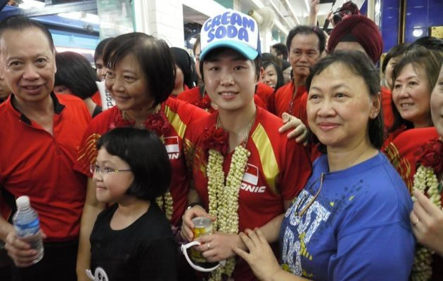 Feng Tianwei posing with fans from Yishun (Yahoo! photo/Daniel Teo)