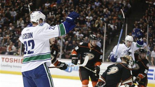Schneider, Raymond lead Canucks' 5-0 rout of Ducks