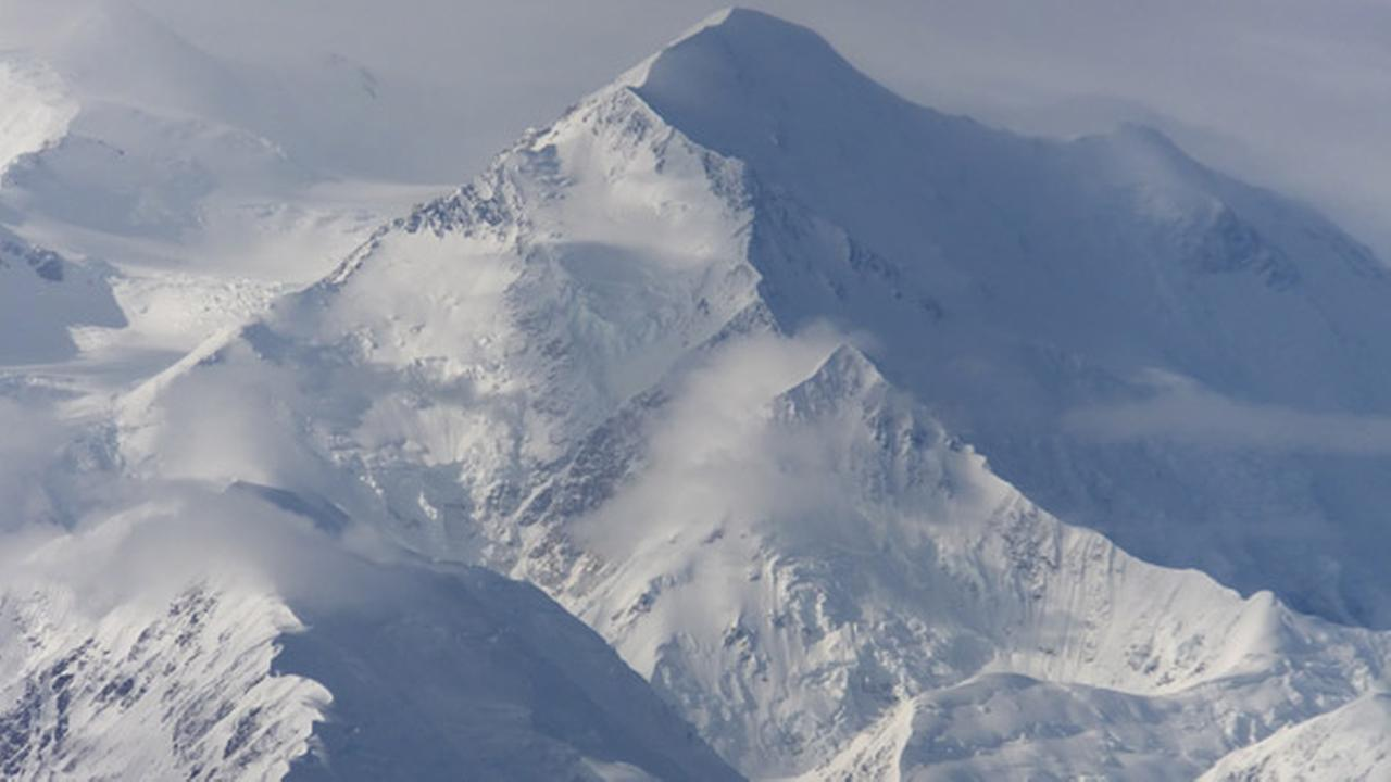 Alaska-bound, Obama makes waves by renaming Mount McKinley