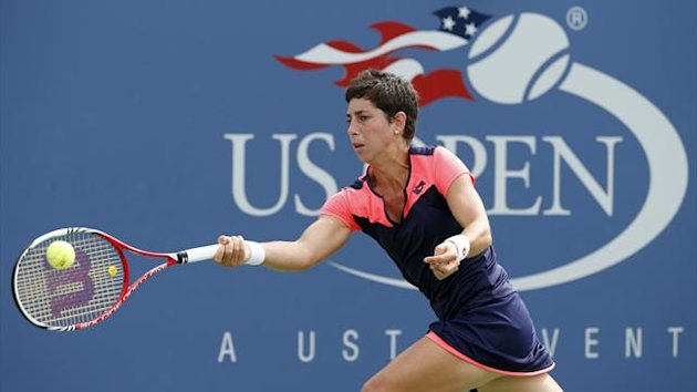 Carla Suarez Navarro of Spain hits a return to Angelique Kerber of Germany at the U.S. Open tennis championships in New York September 1, 2013 (Reuters)