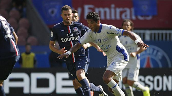 Bastia's Brazillian forward Brandao (R) vies with Paris Saint-Germain's Italian midfielder Thiago Motta (L) on August 16, 2014 at the Parc des Princes stadium in Paris