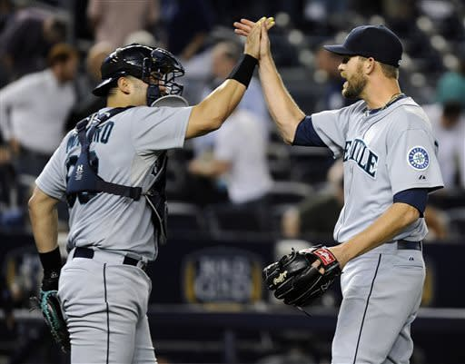Pettitte hurt's back as Mariners beat Yankees 3-2