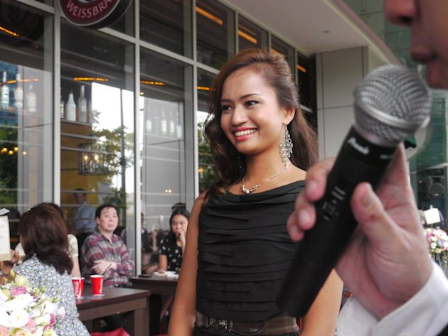 Standing at 175cm, she smiles to the audience while the emcee talks on. (Yahoo! Singapore/ Deborah Choo)