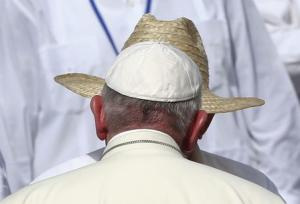 Pope Francis is greeted by Cuba's President Raul…
