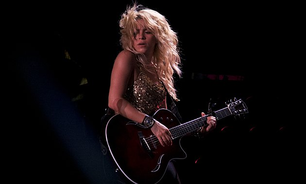 Columbian bombshell Shakira wows the crowd in Singapore on her maiden visit. (Yahoo! photo/Marianne Tan)