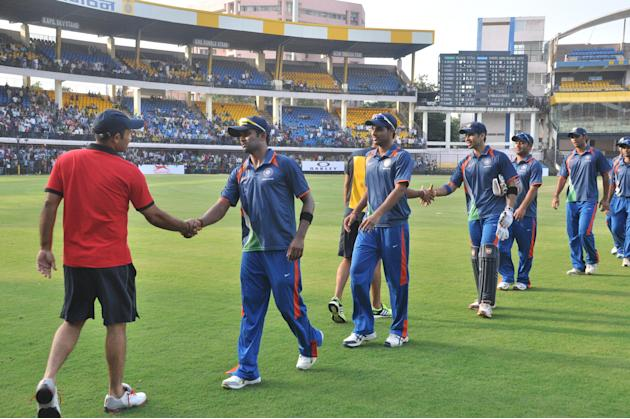 Virender Sehwag (Red) with R Vinay Kumar, Bhuvneshwar Kumar , N V Ojha, PP Chawla and A M Nayar during NKP Salve Challenger Trophy between India Blue and Delhi at Holkar Cricket Stadium in Indore on S
