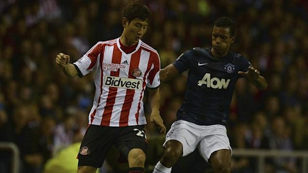Sunderland's Ji Dong-Won (L) challenged by Manchester United's Nani during their English Premier League soccer match at The Stadium of Light in Sunderland, northern England, October 5, 2013 (Reuters)