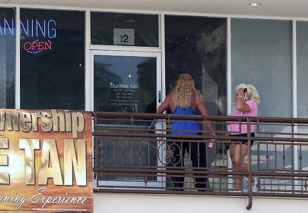 DogTheBountyHunter-Beth-2TanningSalon110712-jpg