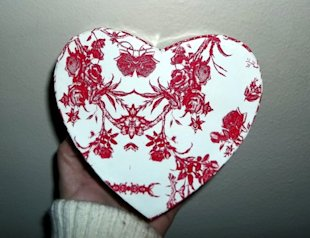 A heart shaped box covered in toile fabric can be used when decorating a loft or a room with country French style.
