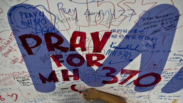 Malaysia Airlines employee writes a message expressing prayers and