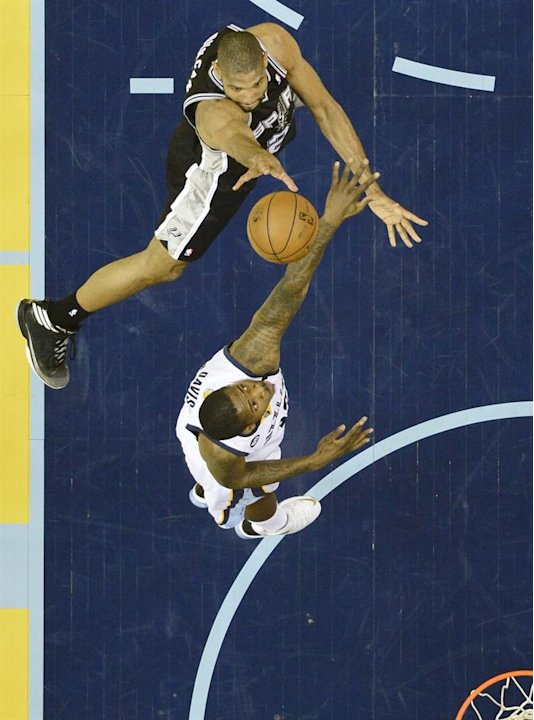 LWS134. Memphis (United States), 25/05/2013.- Memphis Grizzlies player Ed Davis (B) tries to block a shot against San Antonio Spurs player Tim Duncan (T) in the first half of their NBA basketball play