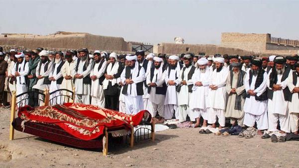 CHA03. Chaman (Pakistan), 30/05/2015.- People and relatives pray during the funeral for two of the victims of an attack on a passenger bus in the Mastung area, Chaman, the provincial capital of Balochistan Province, Pakistan, 30 May 2015. According to reports 22 passengers were killed when gunmen stopped two passenger buses in Mastung and opened fire, in an attack claimed by the United Baluch Army, a group responsible for previous attacks on security forces in restive Baluchistan which has been experiencing a low level insurgency for some time. (Atentado, Incendio) EFE/EPA/AKHTER GULFAM