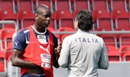 Italian headcoach Cesare Prandelli (R) chats with Italian forward Mario Balotelli while taking part in a training session on June 19, 2012 at the Krakow Stadium in Krakow, during the Euro 2012 football championships. AFP PHOTO / GIUSEPPE CACACE