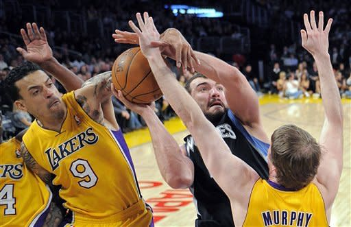 Masked Kobe leads Lakers' blowout of Timberwolves